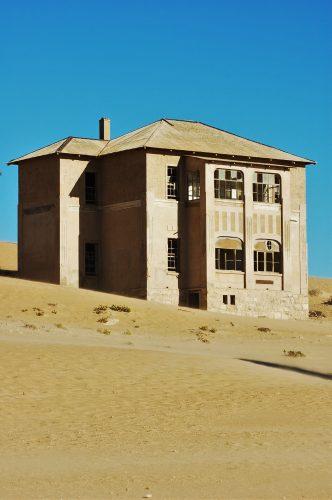 Een van Kolmanskop se verlate huise. FOTO: MARICELLE BOTHA
