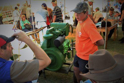 Tweedeplekwenner van die junior afdeling, Gericke Muller (oranje hemp) van Mosselbaai, verduidelik aan die beoordelaars hoe hy sy Ruston Hornsby YWA 2-dieselenjin gerestoureer het.  FOTO'S: ANDRÉ GROBLER