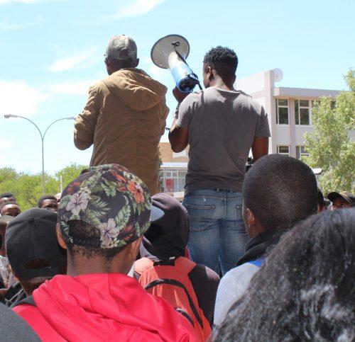 Leiers van die Free Education Movement spreek studente aan.