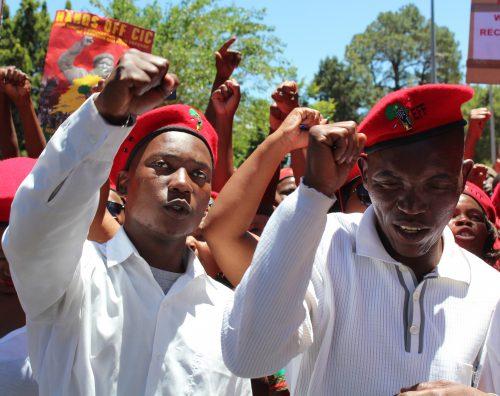 Honderde EFF ondersteuners het vandag voor die hof byeengekom.
