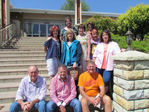 Voortrekker Hoërskool: klas van 1971 Bethlehem Voortrekker Hoërskool se 1971-martieks het onlangs hul 45 jaar-reünie by die skool gehou. Van diegene wat dit bygewoon het, is (voor) Linde du Plessis, Fanie Kok, en CT Saayman; (middel) Hannetjie Labuschagne (Venter ), Anza Bouwer (Botha), Anneli Viviers (Rautenbach), Tria Botha (Naudé), Amanda Du Plessis (Snyman), en Rina Myburgh (Schutte); en (agter) Mariëtte Oosthuizen (Van der Westhuizen). André Bosman, Derek O'Connor en Suzi Redelinghuis (Herman) was afwesig tydens die neem van die foto.