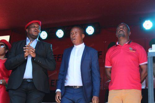 Die EFF leiers reg om ondersteuners toe te spreek.