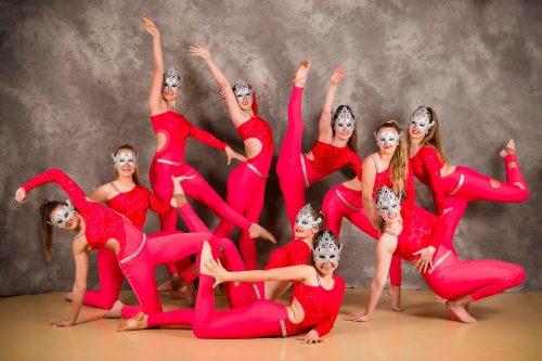 Die Freestyle-formasiegroep, Masquerade Mania, het Bloemfontein se naam hoog gehou op die onlangse SA Kampioenskap in Johannesburg waartydens hulle goud verwerf het en as Suid-Afrikaanse kampioene in die 14/ouer-kampioen in die Freestyle-formasie-afdeling gekroon is. Die groep word ook afgerig deur Senicia du Toit-Breytenbach van Dance Domination. Die dansers is, heel voor: Adine Swanepoel (15); Tweede ry voor, van links: Erika Roux (15), Larisa Engelbrecht (14), en Mia Louw (17); Derde ry, van links: Melissa Marsberg (14), en Hele Smith (16); en agter van links Johané Schulze (18), Logan Connoway (15), Chanel Vorster (17), en Monique Nagel (14). FOTO'S: ELISNA NEL